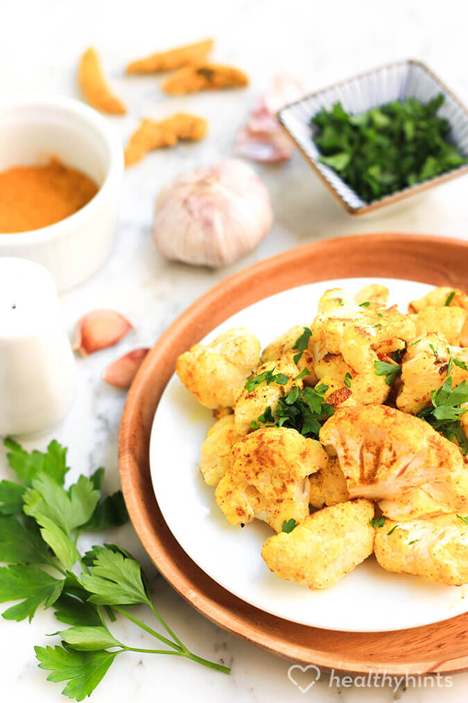 This garlic roasted cauliflower with turmeric is so good! You need to try this recipe.